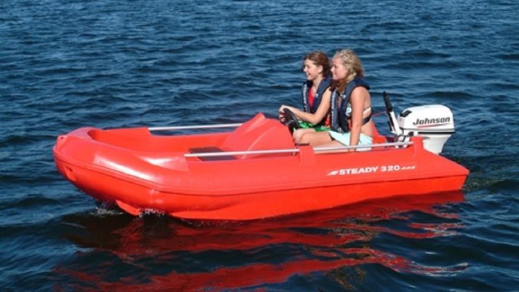 En man i en röd båt